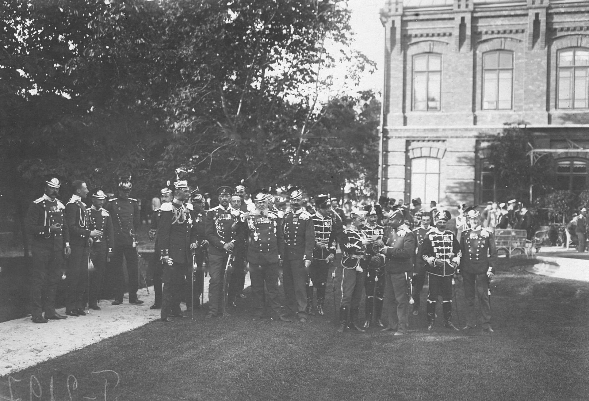 Делегации от прусских уланских и гусарских полков, прибывшие на празднование 250-летнего юбилея полка, во дворцовом саду
