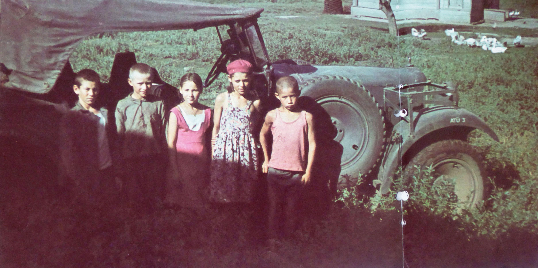 Советские дети у автомобиля Вандерер W 11 немецких военных корреспондентов в р-не Дона.
