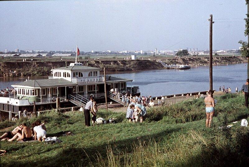 1968 Кунцево, вид от пристани в направлении на север. Видна деревня Терехово. Очень жаркий день 1-ого сентября.jpg
