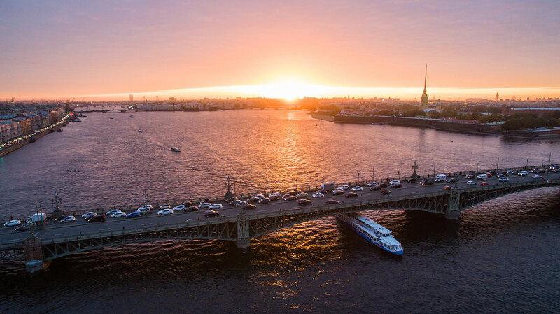 Прогулочный корабль под Троицким мостом