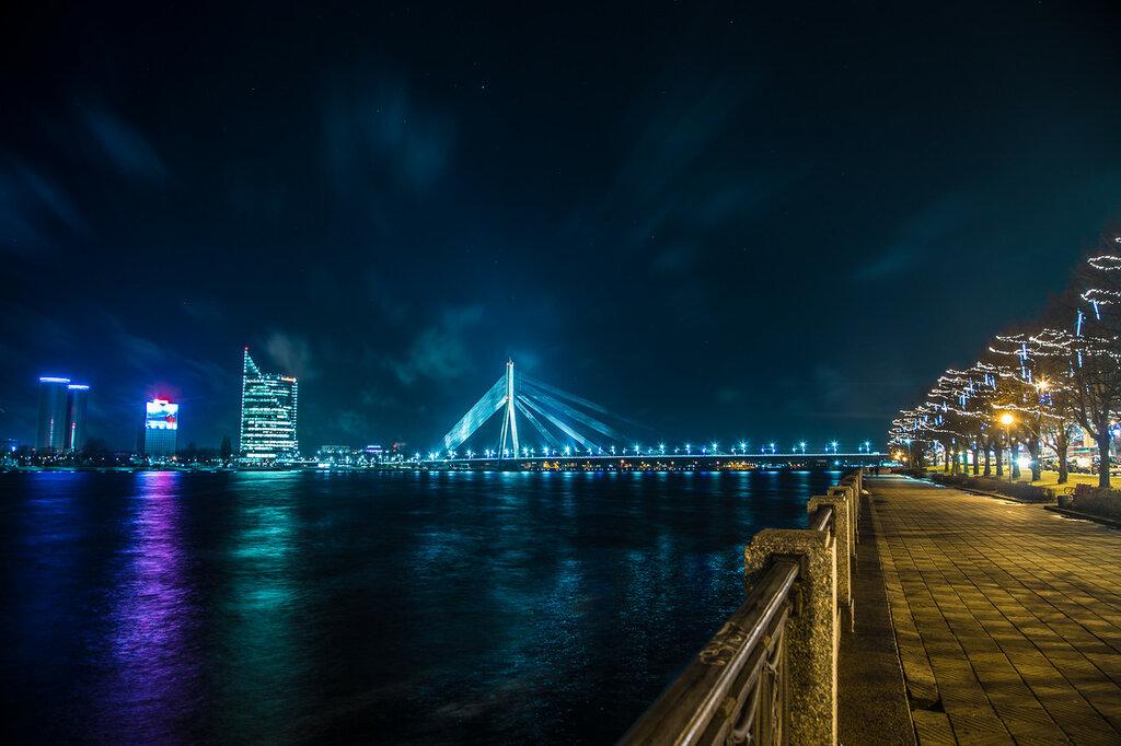 Вантовый мост над рекой Даугава (Западная Двина) в Риге (Латвия)