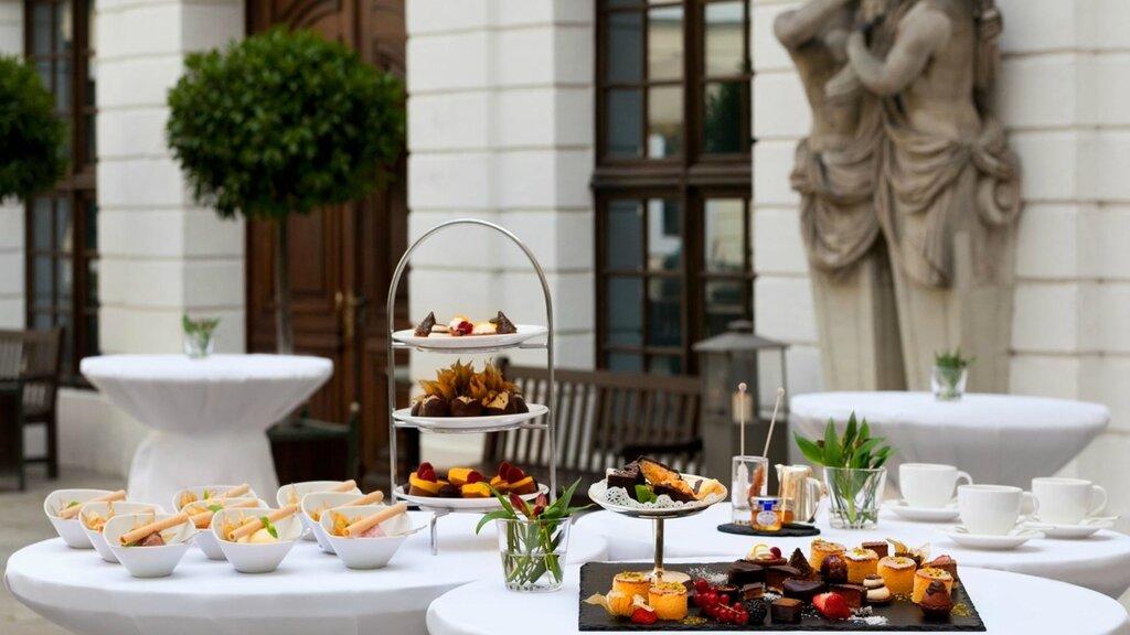 slider_hotel-taschenbergpalais-kempinski-dresden-inner-courtyard-coffee-break.jpg