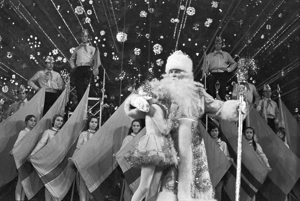26 фото с советским Дедом Морозом из 80-х годов (26 фото)