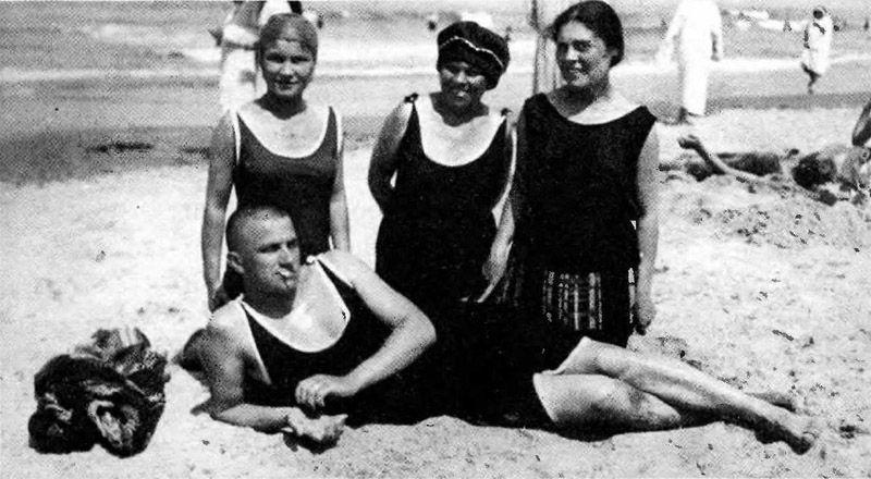 В гости к семье Бриков-Маяковского приходили известные литераторы, а по совместительству друзья Маяк