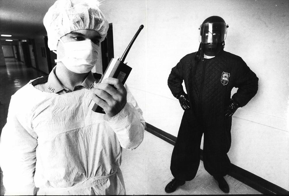 Офицеры исправительного учреждения охраняют палату заключенных в больнице, 15 июня 1983 года. Они од