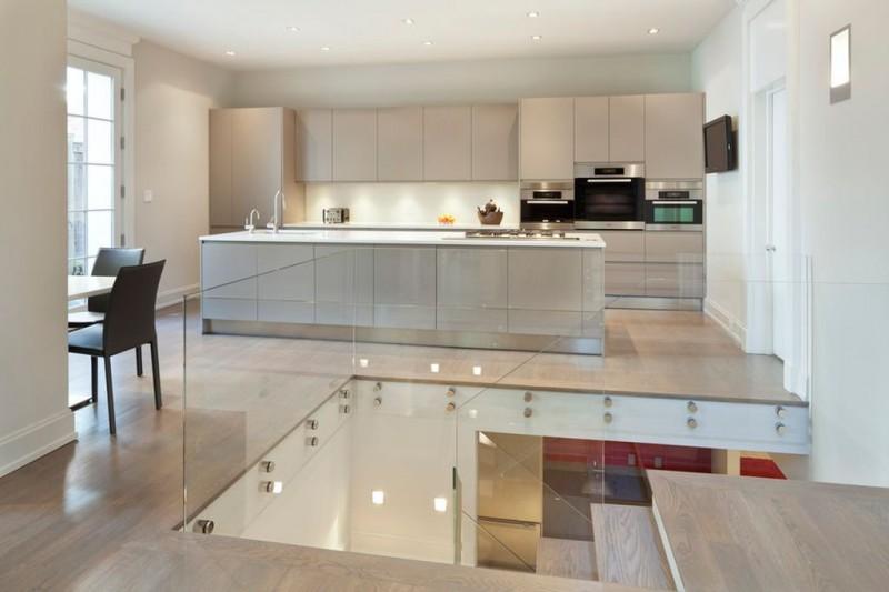 Кухня с гладкими светлыми шкафами.