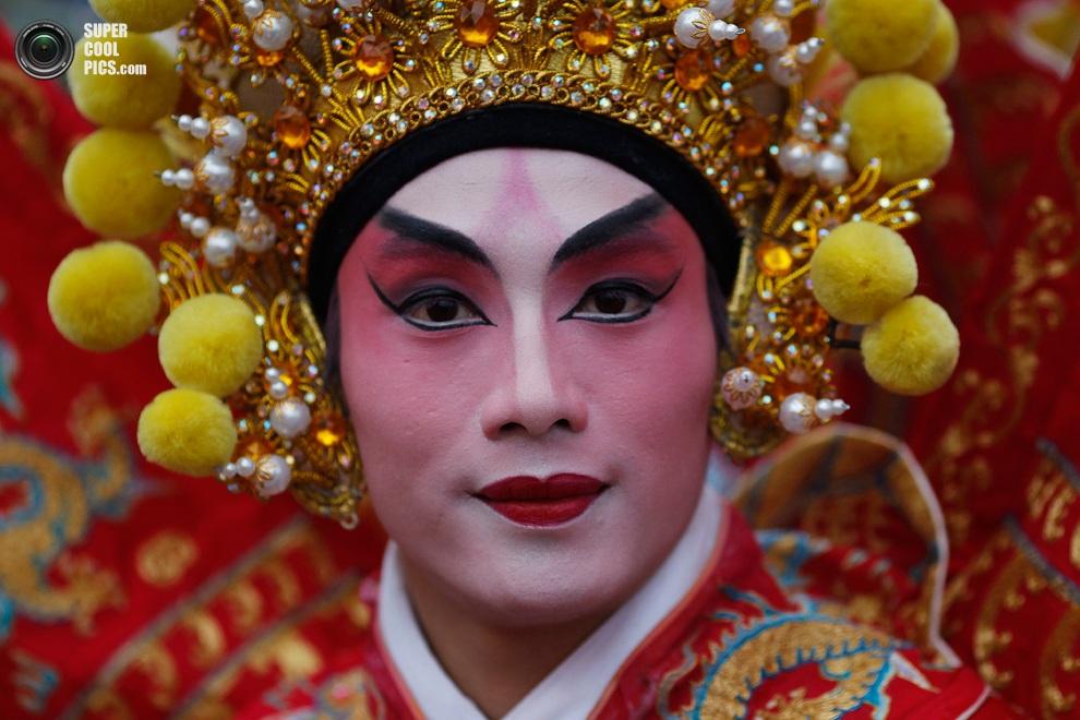 Танцор позирует для фото во время празднования Китайского Нового года в Лондоне, Англия. (EPA/TA
