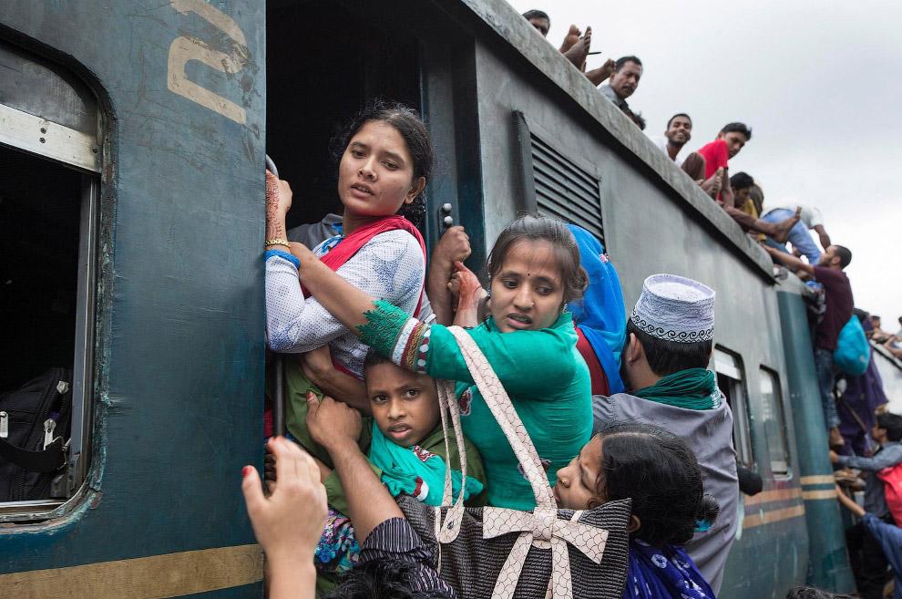 4. Передача малыша на крышу. (Фото Yousuf Tushar):