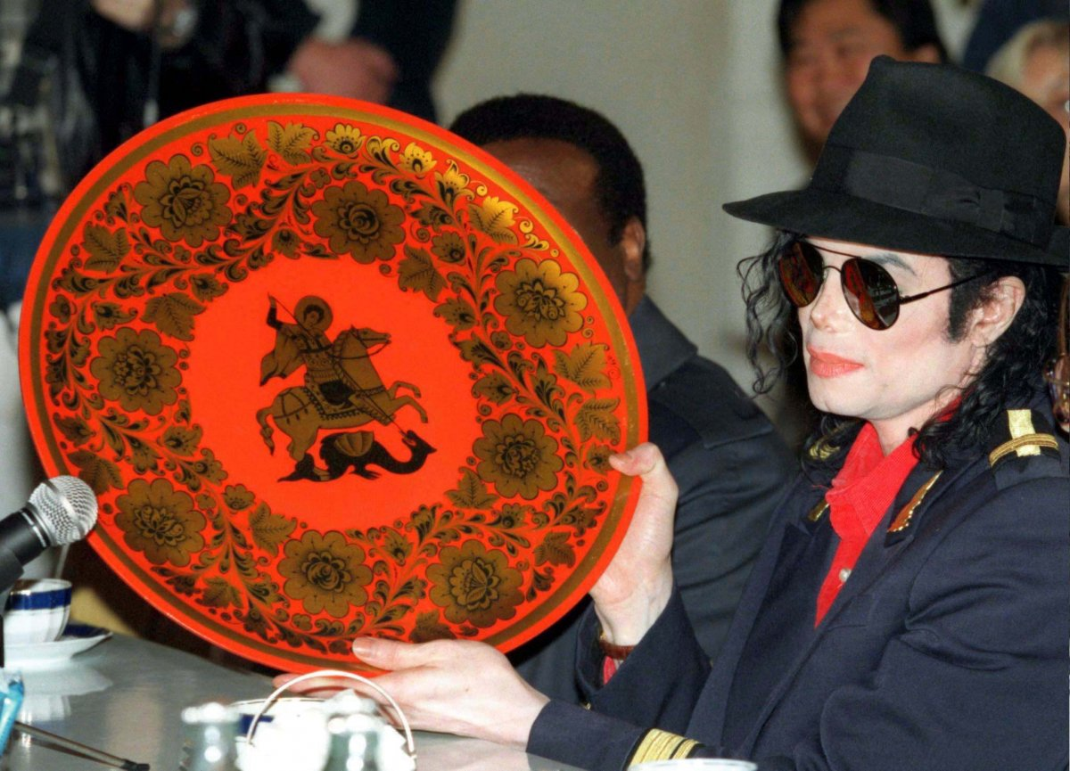 Майкл Джексон с подарком от Юрия Лужкова, 1996 год.