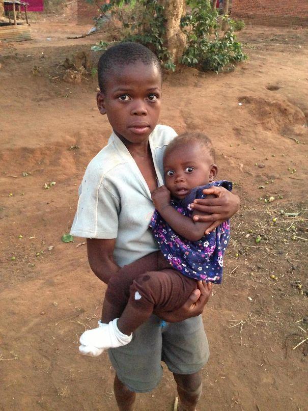 Африканские дети повстречали белого человека.
