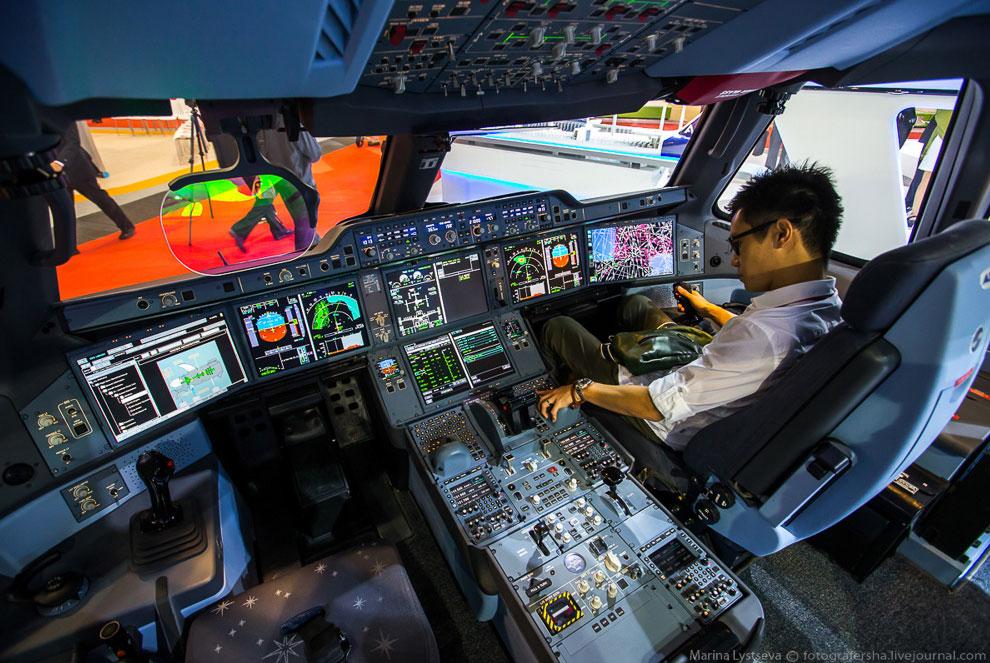 Перед лицом шеф-пилота 15-дюймовый head-up дисплей. Кстати, в кабине А350 самые большие дисплеи