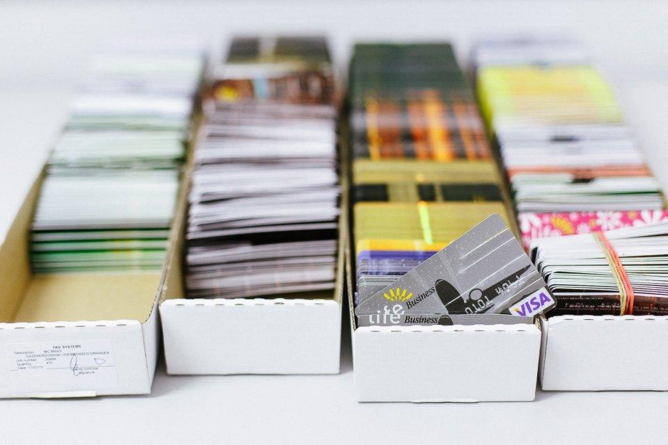 6. В хранилище лежат заводские заготовки карт с чипами и без. На некоторые из них уже нанесен рисуно
