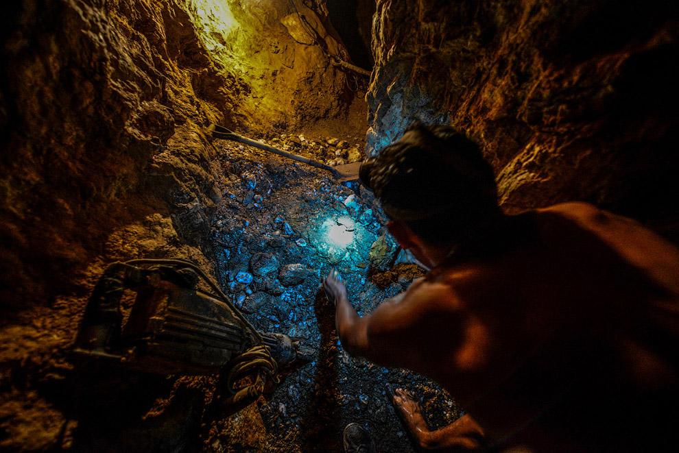 4. Этому подростку 18 лет, восемь из которых он работает на подземных золотых приисках. Трудитс