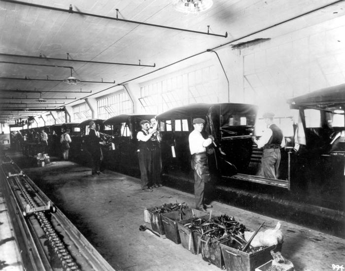 Установка складной крыши Ford Model T на заводе в Хайленд-Парке, 1915