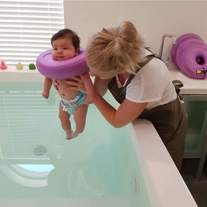 В воде дети могут свободно передвигаться, что помогает им развивать мускулатуру и укреплять кости.