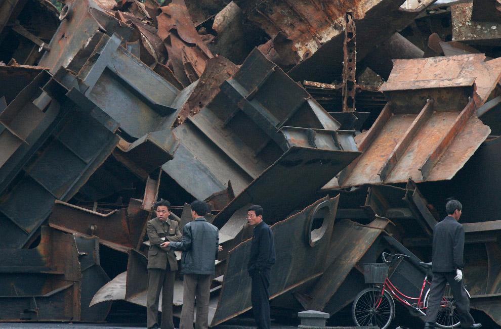 20. Северокорейские пограничники, 19 сентября 2013. (Фото Jacky Chen | Reuters):