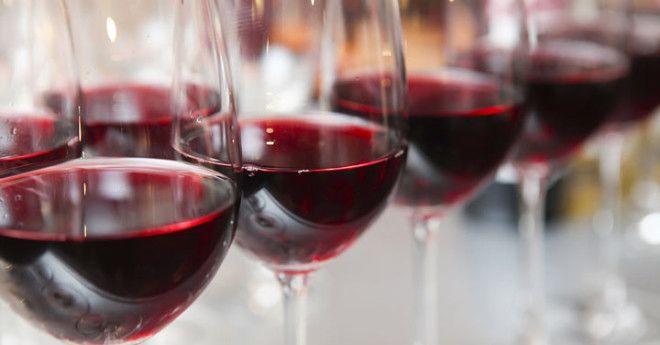 На традиционных праздниках во время произнесения тостов вино поднимается вверх. В таком положении ож
