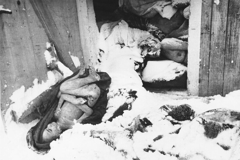 Занесенные снегом тела узниц концлагеря Освенцим