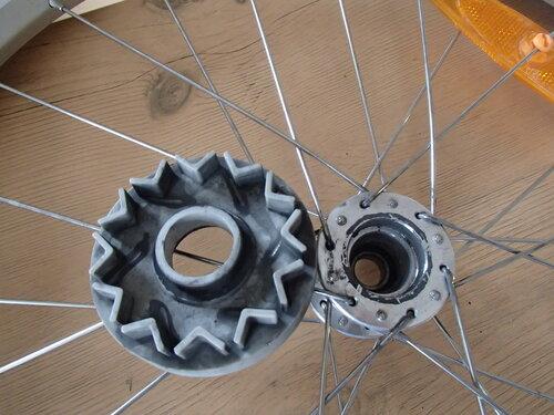 разобранное колесо велоприцепа thule