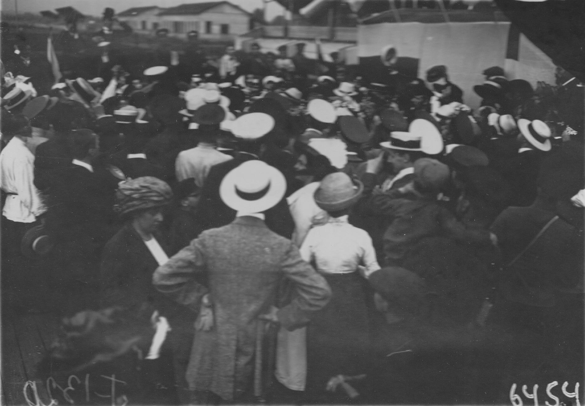 15. Летчик В.М.Абрамович среди друзей и публики после полета на аэродроме
