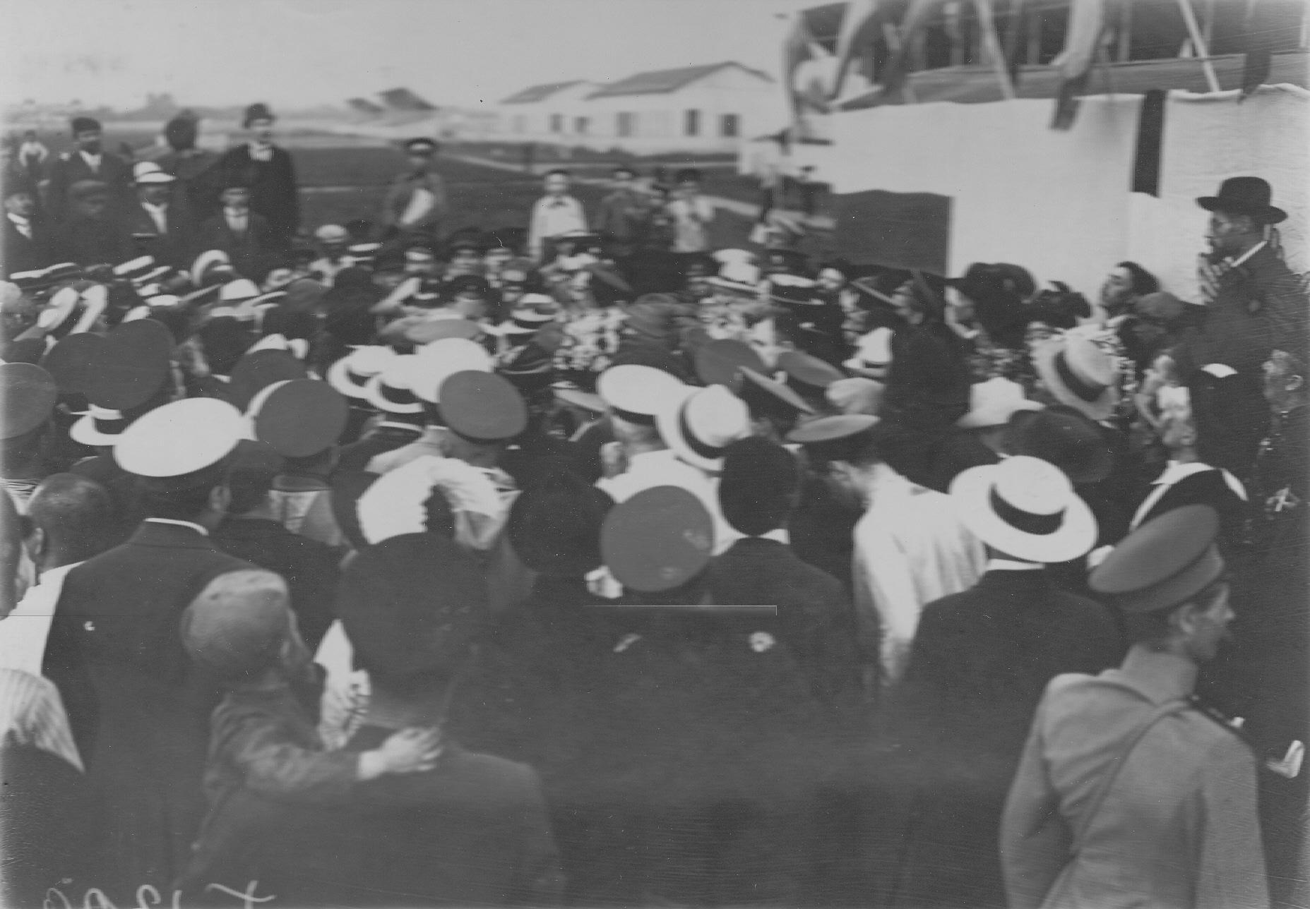 14. Летчик В.М.Абрамович (в шлеме и очках) после полета на аэродроме