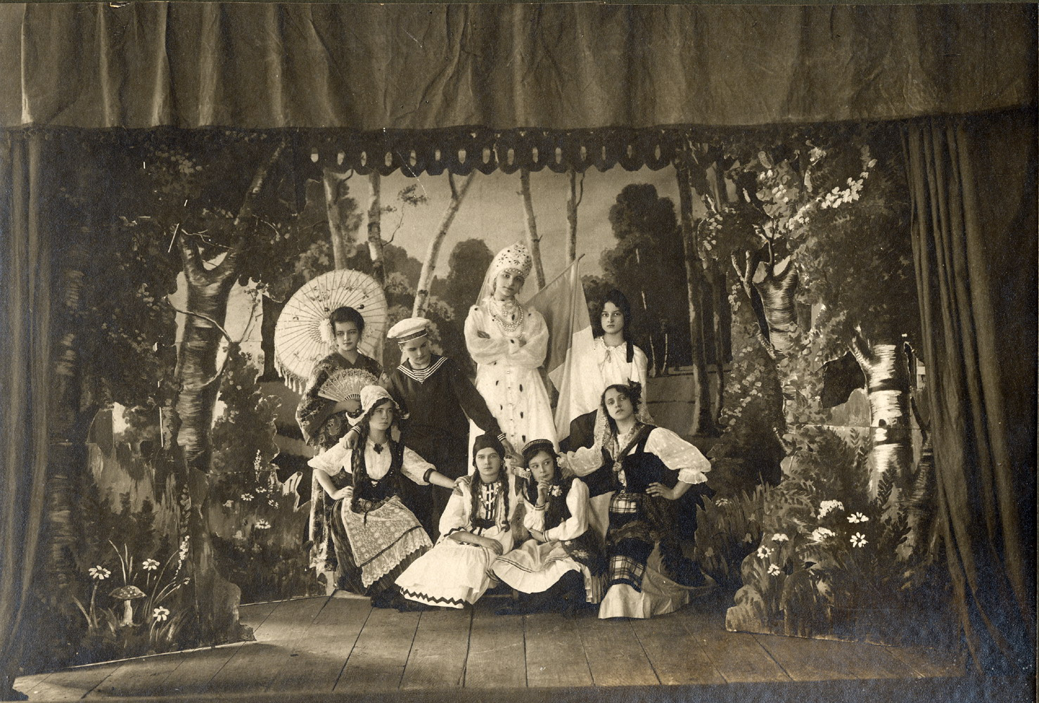 «Живая картина – «Антанта»». Ученицы Муромской женской гимназии в костюмах стран Антанты. Муром, 1914-1916