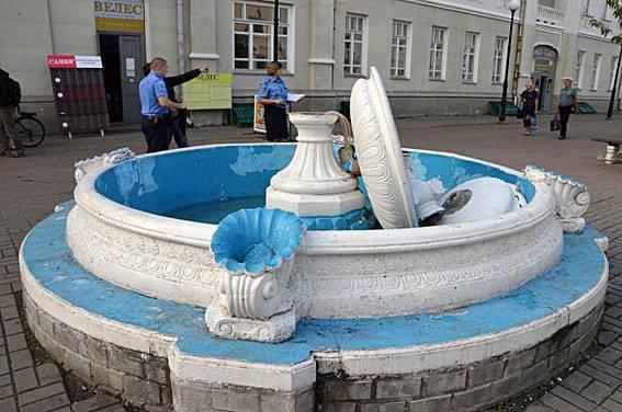 Мужчина сломал фонтан в Глухове при попытке сделать селфи. ФОТО