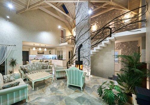 039 холл потолок, ограждения лестницы, камин и каминная труба, натуральны камень, деревянный потолок, интерьер