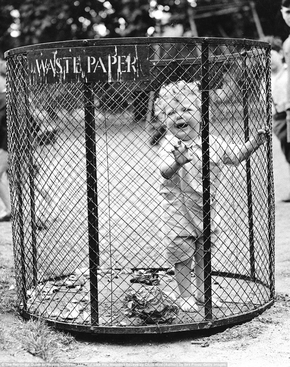 Братья оставили малыша в пустой мусорной корзине, пока сами играют.