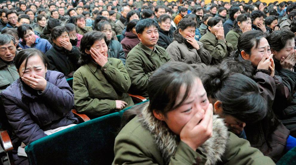 23. Жители Пхеньяна скорбят о кончине своего лидера. (Reuters/Kyodo)