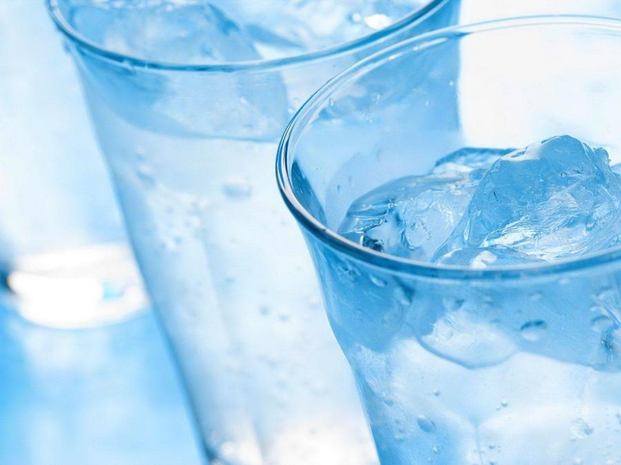 1. В день нужно употреблять не менее 8 стаканов воды, это позволит нормализовать водно-солевой балан