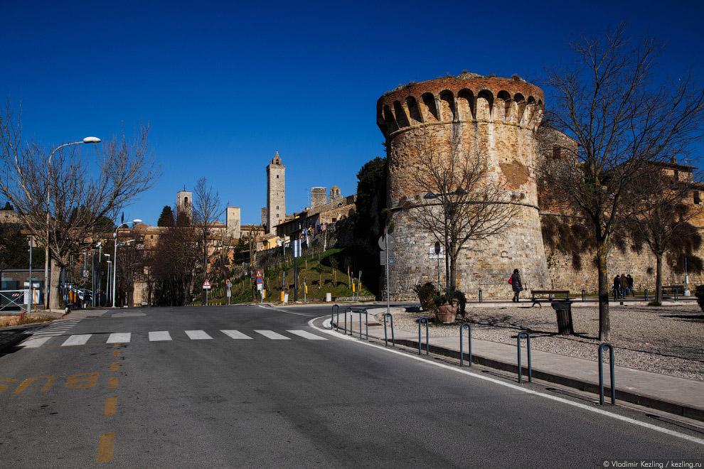 10. Первые стены вокруг города появились ещё в конце X века. В дальнейшем они были перестроены