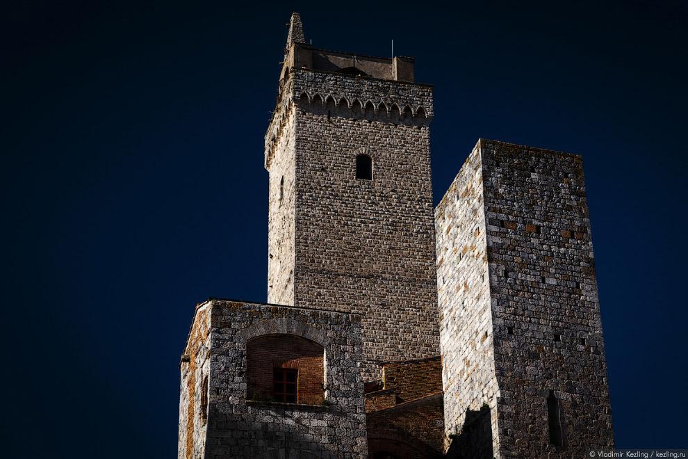 16. Торре Гросса возвышается над Палаццо Комунале — дворцом, в котором с XIII века заседает мес