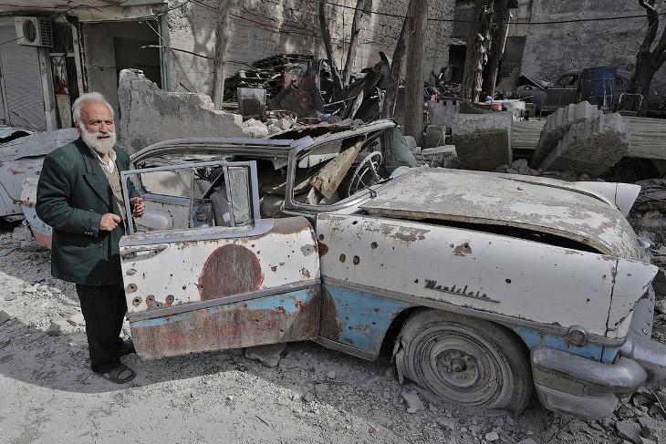 1. Бомбы сокрушили старинные автомобили, трансформировали их хромированные радиаторы в искривле