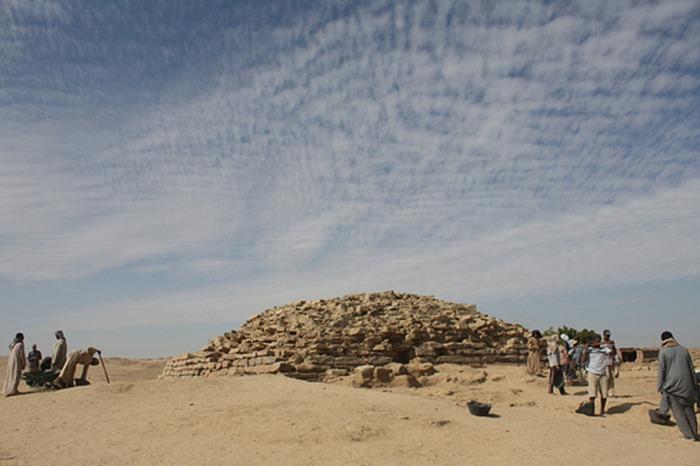 На юге Египте возле древнего поселения Эдфу археологи обнаружили ступенчатую пирамиду, которая на не