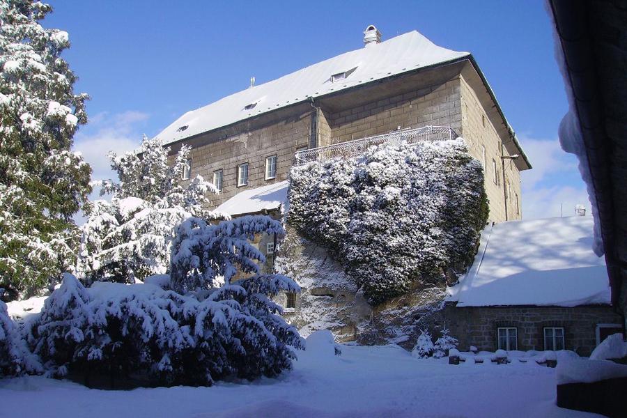 К северу от Праги в Чехии расположен замок Гоуска, который, как говорят, был построен над ямой, кото