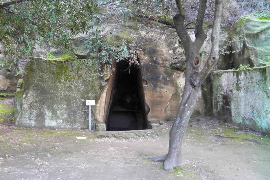 Один из самых старых известных предполагаемых шлюзов в подземный мир находится в пещере Сибиллы. Две