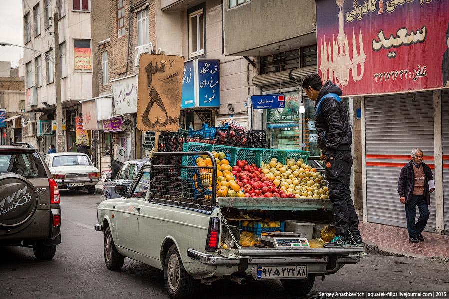 8. В Тегеране можно встретить множество лотков по продаже музыкальных и игровых CD, фильмов на