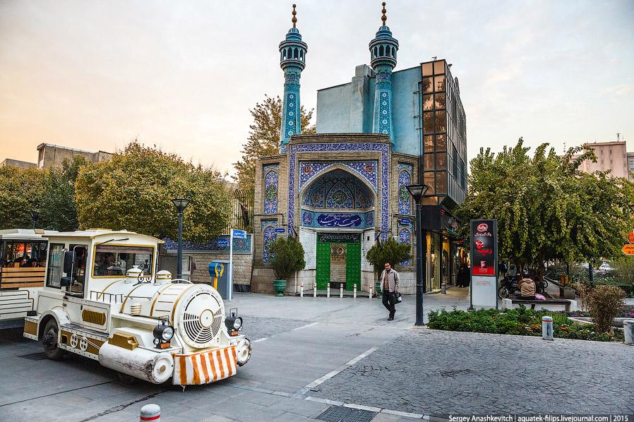 18. С архитектурой, если брать в общем, в Тегеране все плохо — город весь застроен бесформенным