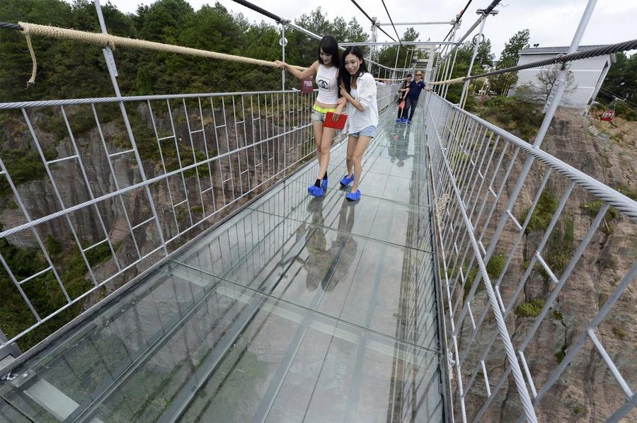 5. Стеклянный мост расположен на высоте 180 метров.