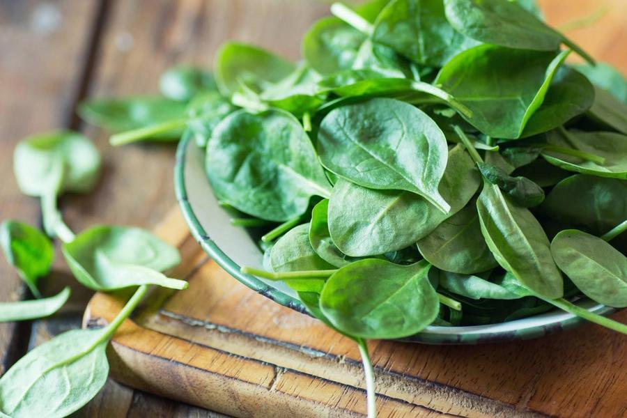 4. Шпинат Включив в свой рацион шпинат, вы не только получите кладезь полезных витаминов и минералов