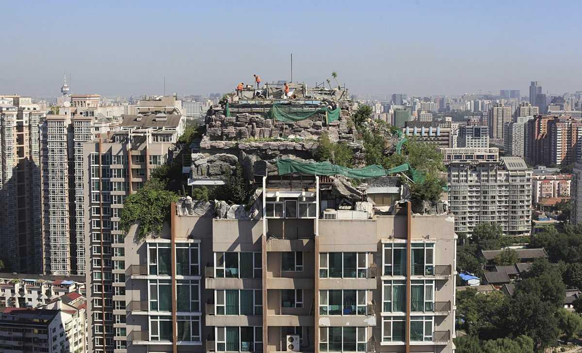Этот дом в окружении зелени был построен на вершине 19-этажного жилого здания в Гуанчжоу, провинция