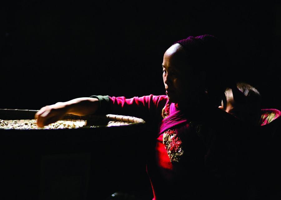 10. Женщина племени хмонг делает традиционную одежду.