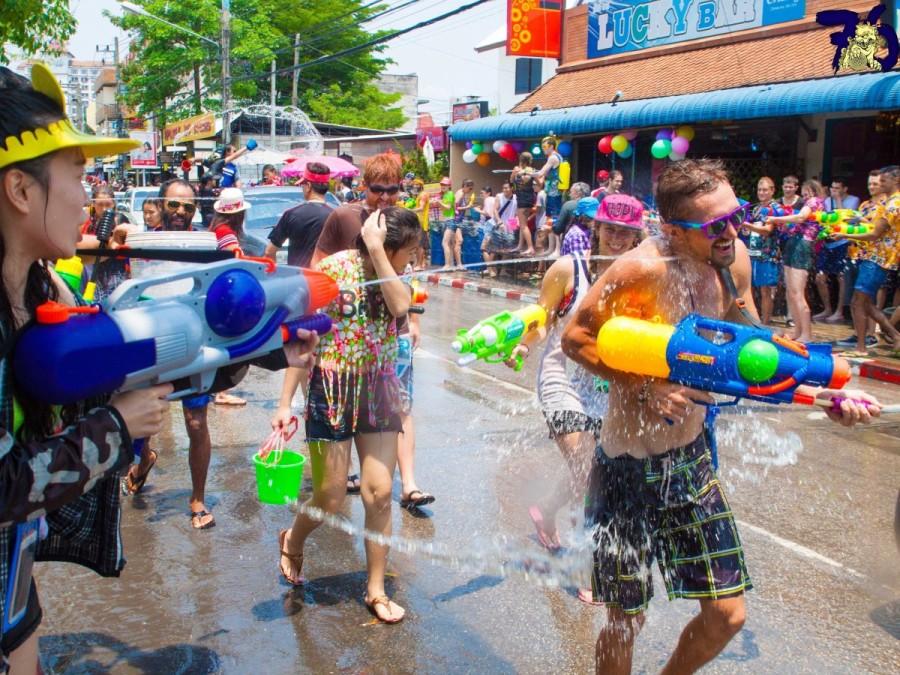 11. В Таиланде Новый год традиционно проходит в апреле. В день праздника принято обливать друг друга