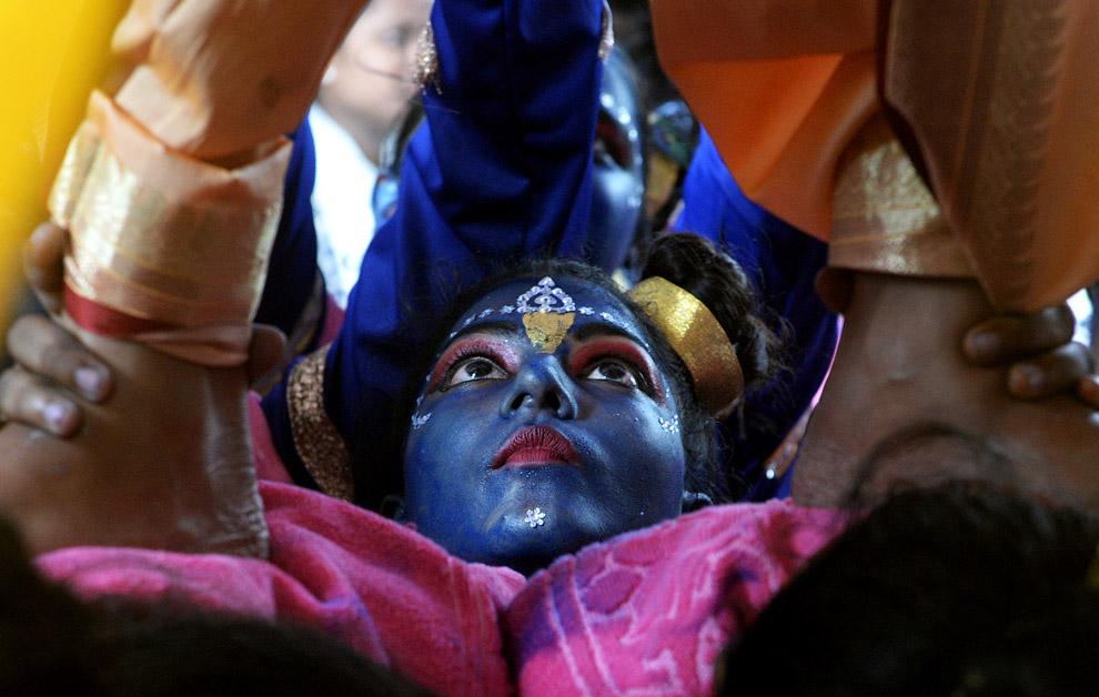 7. Тем временем в школах Ахмадабада. Девочки одеты в костюмы Ра?дхи. Это одна из женских форм Б