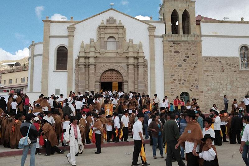 2. За неделю до открытия Диаблады все участники карнавала идут в церковь Марии де Сокавон и приносят