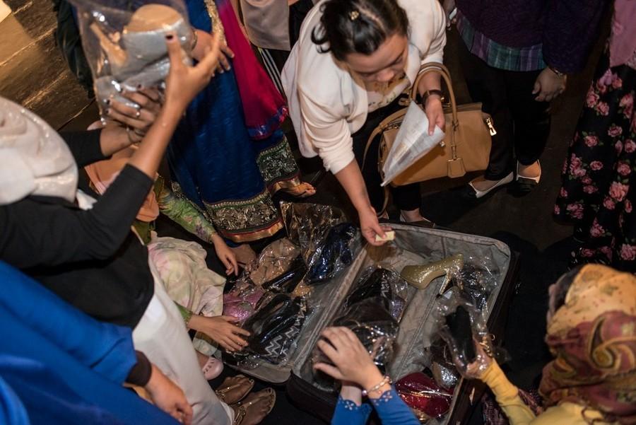 13. Перед репетицией каждая из девушек получает пару туфель.