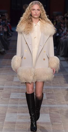Светлое пальто с мехом