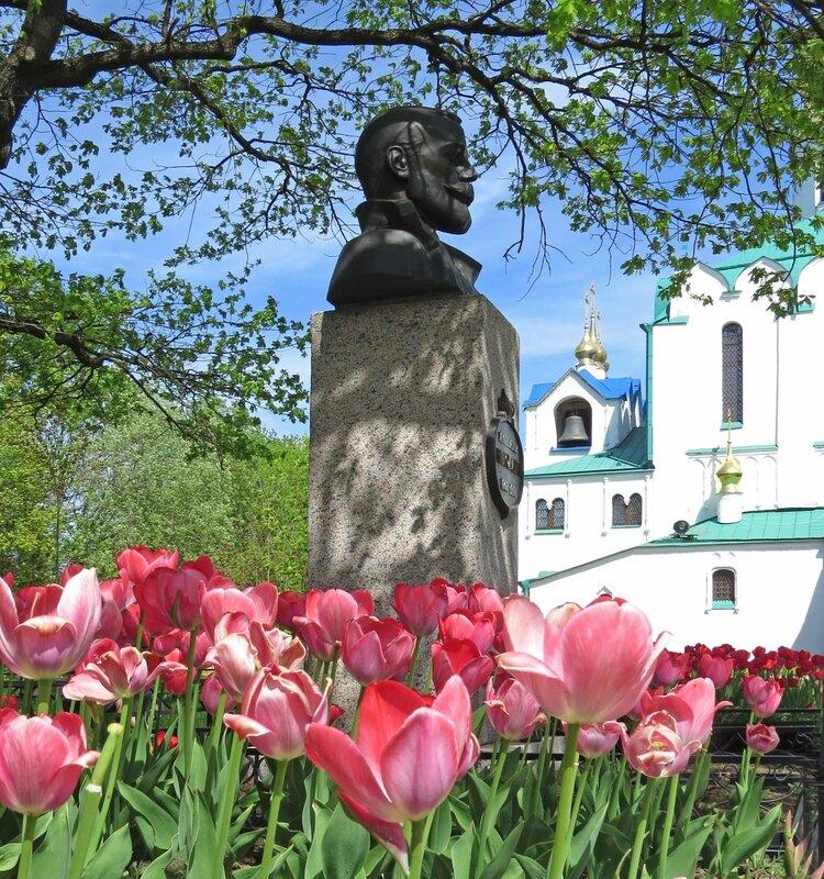 Памятник Николаю Второму.