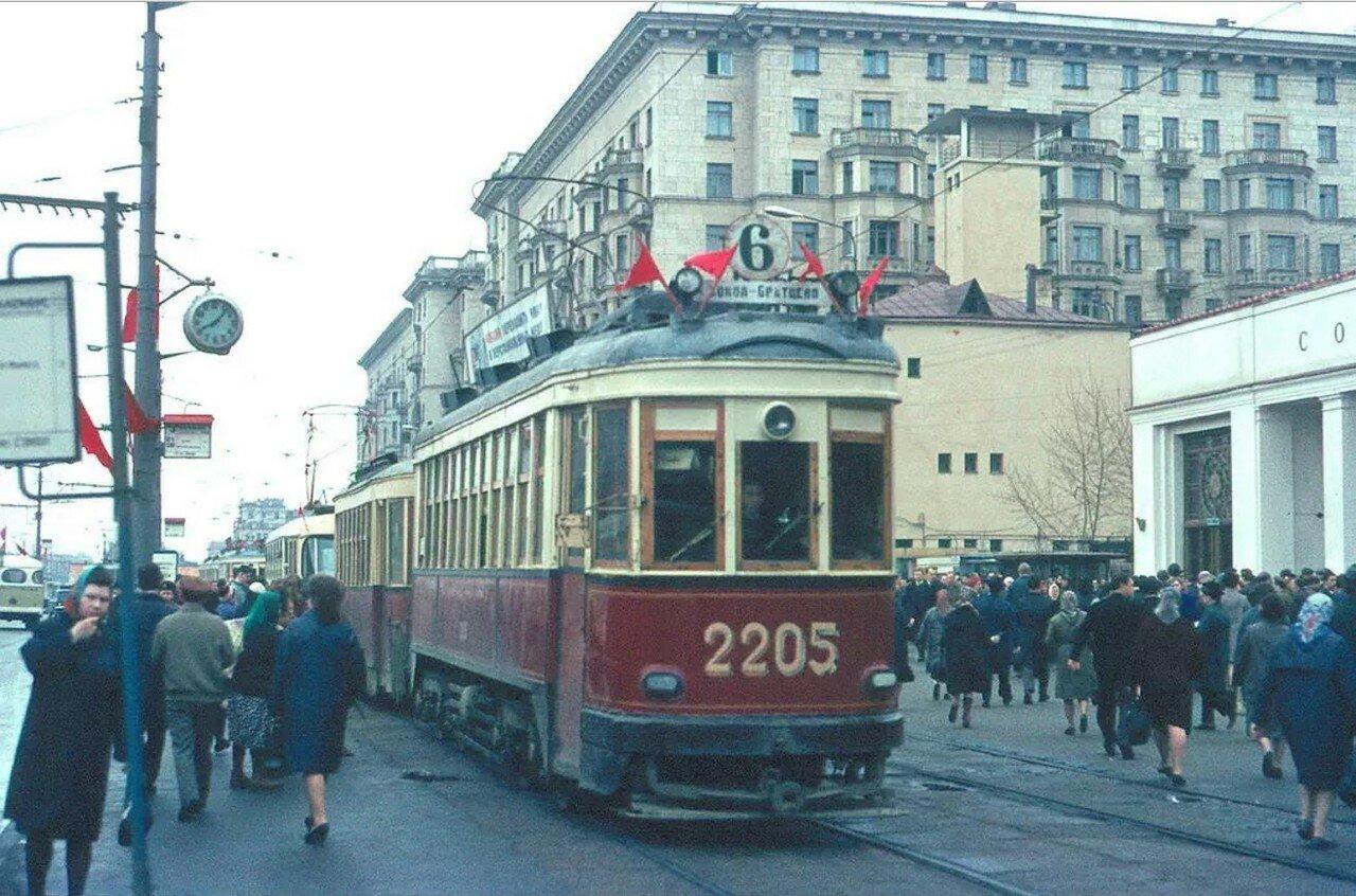 Трамвай КМ у метро Сокол